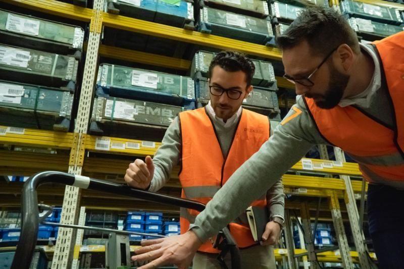 FlexQube European team discussing a cart