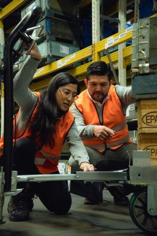 FlexQube Mexico team discussing a cart