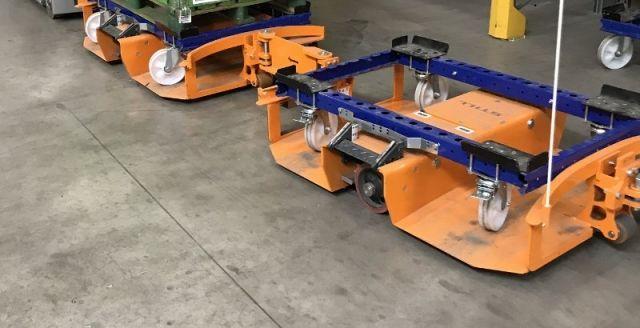 Carritos de pallet FlexQube cargados dentro de un tren liftrunner